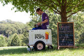 Ice Cream Vendor Waits For Customers In Park — Stock Photo