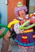 Female Clown Makes Balloon Hat For Kid — Stock Photo