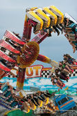 Teens Have Fun On Inverted Carnival Ride — Stock Photo