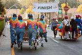 チーム プッシュ ベッド マットレス レースのフィニッシュ ラインに向けた — ストック写真