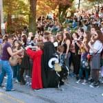 vrouw geeft snoep op halloween parade — Stockfoto