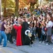 Frau ausgibt Candy bei Halloween-parade — Stockfoto
