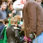 Böses Monster gibt Süßigkeiten in Halloween-parade — Stockfoto