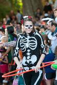 Female Skeleton Does Hula Hoop At Halloween Parade — Stock Photo