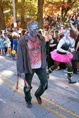 Zombie hombre camina en desfile de halloween — Foto de Stock