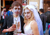 Zombie Bride And Groom Enjoy A Cold Beer — Stock Photo