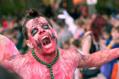 Zombie macht gruseliges gesicht in halloween-parade — Stockfoto