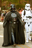 Darth vader en stormtrooper lopen in halloween parade — Stockfoto