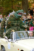 Godzilla Waves To Crowd In Halloween Parade — Stock Photo