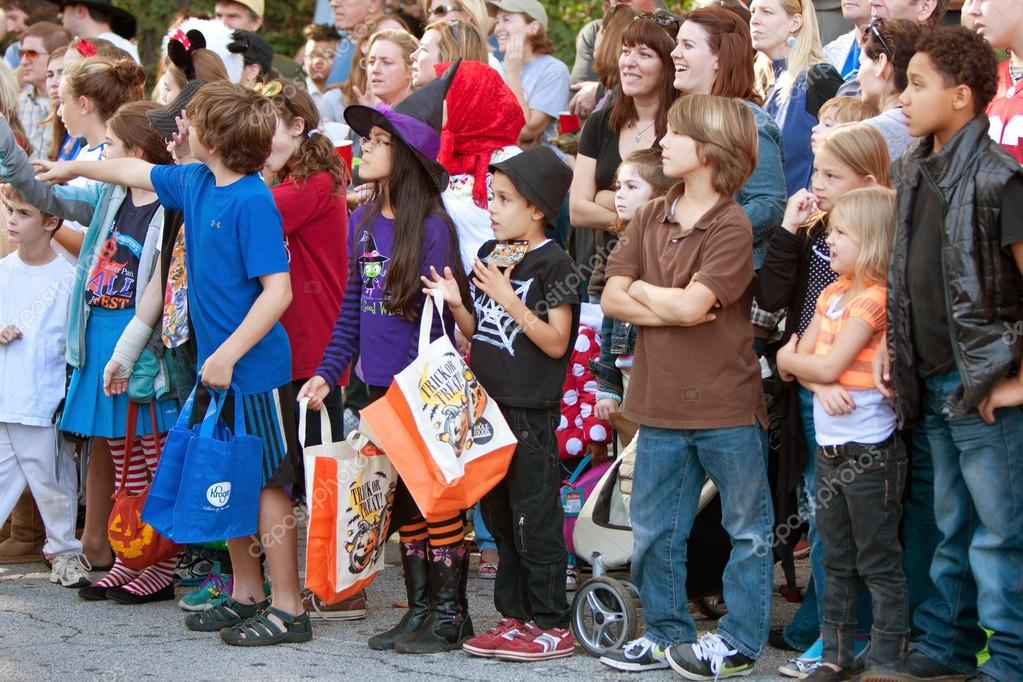 Atlanta, GA, USA - October 20, 2012:  Kids and families line the street in anticipation of getting candy during the Little Five Points Halloween parade.  The L5P parade is one of the largest Halloween parades in the southeast.  — 图库照片 #17664583