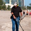 Man Combs Beach With Metal Detector — Stock Photo
