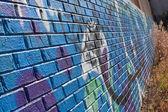 кирпичной стены покрыты граффити — Стоковое фото