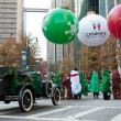 Foto Stock: Costumed Gather At Start Of Christmas Parade