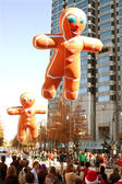 Gingerbread man ballonnen zweven door atlanta christmas parade — Stockfoto