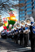 Marching band speelt in atlanta christmas parade — Stockfoto