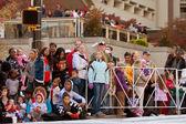 åskådare titta på christmas parade i atlanta — Stockfoto