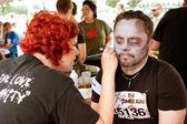 Adam zombie makyaj makyaj sanatçısı alır — Stok fotoğraf