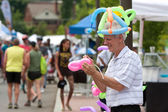Man Makes Balloon Toys At Summer Arts Festival — Stock Photo