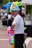 Man Makes Balloon Toys At Arts Festival — Stock Photo