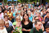 Crowd Gathers To View Release of Butterflies At Summer Festival — Stock Photo