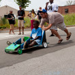 Man Pushes Kid Steering Car In Atlanta Soap Box Derby — Stock Photo