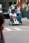 Baba kızı atlanta sabun kutusu derby yarış iter — Stok fotoğraf