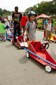 Kids Wait By Cars Before Racing In Soap Box Derby — Stock Photo
