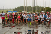Runners Take Off At Start Of Wet Race In Atlanta — Stock Photo