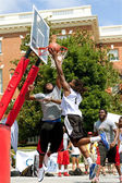 Man Attacks Basket Against Defender In Outdoor Basketball Tournament — Stock Photo