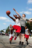 Man Shoots Against Defender In Outdoor Street Basketball Tournament — Stok fotoğraf