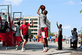 Young Man Shoots Jump Shot In Street Basketball Tournament — Stock Photo