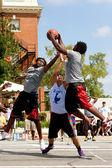 Tre män slåss för rebound i utomhus street basketturnering — Stockfoto