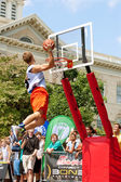 Young Man Jumps High Above Rim In Outdoor Slam Dunk Contest — Stock Photo