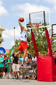 Young Man Leaps High In Outdoor Slam Dunk Contest — Stock Photo
