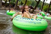 Teenage Girl Flashes Peace Sign While Tubing Down Georgia River — Stock Photo