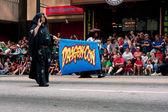 Crowd Lining Atlanta Street Watches Start Of Dragon Con Parade — Stock Photo
