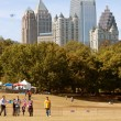 People Fly Kites In Park Against AtlantCity Skyline — Zdjęcie stockowe #37774011