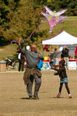 Father And Daughter Try To Get Kite To Take Flight — Stock Photo