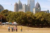 People Fly Kites In Park Against Atlanta City Skyline — Stock Photo