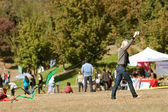 Young Woman Tries To Get Kite Airborne At Public Festival — Stock Photo