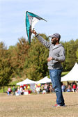 Man Holds Kite High To Get It Airborne At Festival — Stock Photo