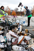Espadrilles de lancers de bénévolat dans des tas de chaussures au recyclage événement — Photo