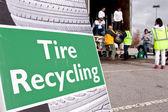 Bénévoles recueillent à événements de recyclage des pneus usés — Photo