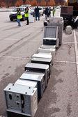 Bénévoles empilent des ordinateurs au comté événement recyclage — Photo