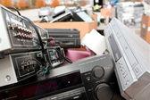 Electronique et systèmes de son vieux s'accumulent à l'événement de recyclage — Photo