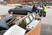 Gens déposent électronique au recyclage d'événement — Photo