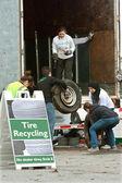Adolescents bénévoles recueillent à événements de recyclage des pneus usés — Photo