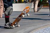 Skaterzy przygotowuje się do spadku w skate parku miski — Zdjęcie stockowe