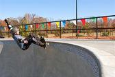 Veteran Skateboarder Grinds Along Top Of Big Bowl — Stockfoto