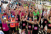Crowd Of Runners Celebrates At Start Of Obstacle Course Race — Zdjęcie stockowe